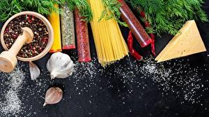 Desktop hintergrundbilder Gewürze Knoblauch Käse Makkaroni Mörser und Stößel Salz Lebensmittel