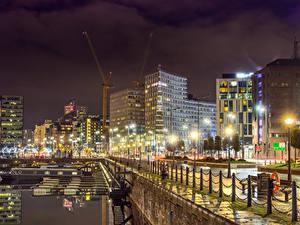 Fotos Vereinigtes Königreich Gebäude Fluss Seebrücke Zaun Nacht Straßenlaterne Liverpool Städte