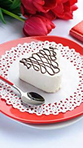 Fotos Valentinstag Süßware Törtchen Teller Löffel Lebensmittel