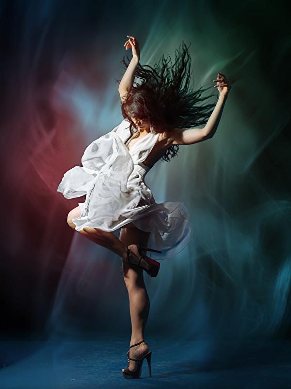 Fotos Braunhaarige Tanzen Mädchens Hand Kleid 600x800 Braune Haare Tanz