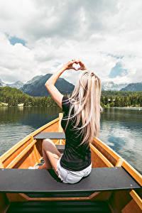 Fotos Boot Blondine Sitzt Hand Herz