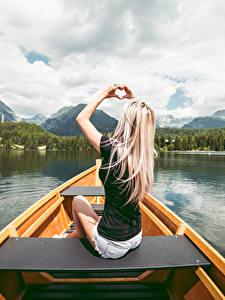 Fotos Boot Blondine Sitzt Hand Herz junge frau