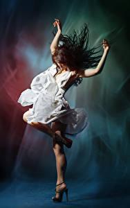 Hintergrundbilder Braunhaarige Tanzen Hand Kleid
