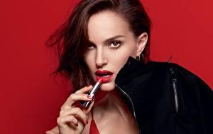 Fotos Natalie Portman Blick Model Roter Hintergrund Rouge Dior Prominente Mädchens