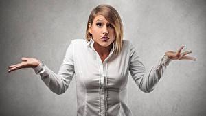 Bilder Blond Mädchen Hemd Hand Staunen Mädchens