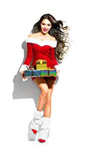 Fotos Neujahr Weißer hintergrund Braune Haare Lächeln Geschenke Stiefel Kleid junge frau