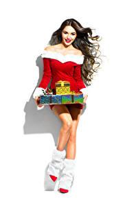 Fotos Neujahr Weißer hintergrund Braune Haare Lächeln Geschenke Stiefel Kleid