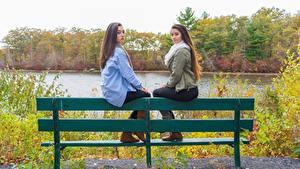 Fotos Sitzend Bank (Möbel) 2 Braune Haare Hübsche junge frau