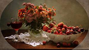 Hintergrundbilder Stillleben Sträuße Gazania Getränke Erdbeeren Kirsche Weinglas
