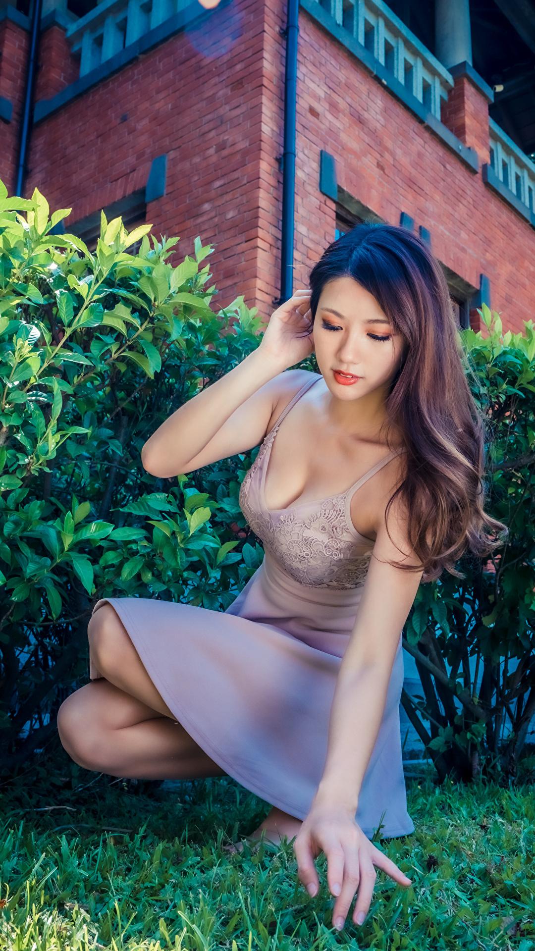 Foto Pose junge Frauen Asiatische Hand Sitzend Kleid 1080x1920 für Handy posiert Mädchens junge frau Asiaten asiatisches sitzt sitzen