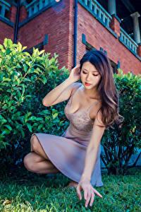Fotos Asiatische Pose Sitzend Kleid Hand Mädchens