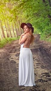 Fotos Wälder Wege Pose Kleid Der Hut Mädchens