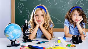Bilder Schule 2 Kleine Mädchen Globus Hand Starren Kinder