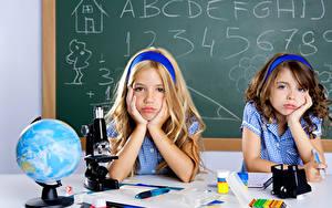 Bilder Schule 2 Kleine Mädchen Globus Hand Starren kind