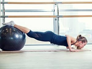 Bilder Fitness Joga Ball Liegestütz Bein Sport Mädchens