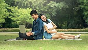Hintergrundbilder Mann Asiatische Studentin Notebook Gras Sitzt Zwei Mädchens