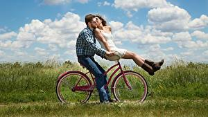 Hintergrundbilder Mann Paare in der Liebe 2 Brille Küsst Wolke Gras Fahrräder junge frau