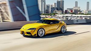 Fotos Toyota Gelb Metallisch Coupe Fahrendes auto