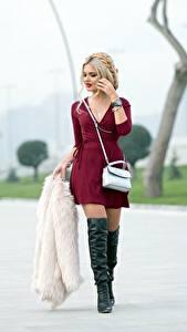 Hintergrundbilder Handtasche Bokeh Blond Mädchen Kleid Bein Stiefel Pelzmantel Mädchens