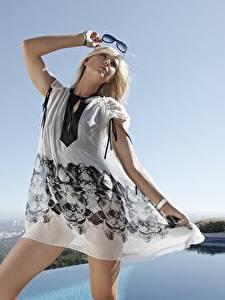 Bilder Maria Sharapova Blond Mädchen Brille Hand Kleid Pose Prominente Mädchens