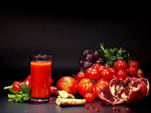Hintergrundbilder Tomate Fruchtsaft Granatapfel Weintraube Schwarzer Hintergrund Trinkglas Lebensmittel