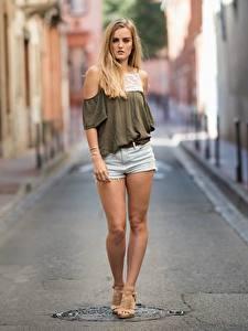 Hintergrundbilder Unscharfer Hintergrund Blond Mädchen Shorts Hand Bein junge Frauen