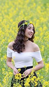 Bilder Acker Raps Asiatische Lächeln Kranz Mädchens