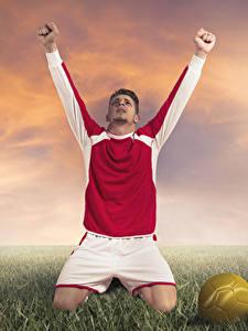 Bilder Fußball Mann Gras Uniform Ball Hand Glücklich Sport