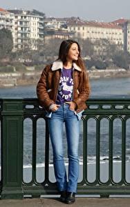 Bilder Zaun Jacke Jeans Lächeln Lorena Garcia Mädchens