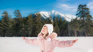 Bilder Winter Gebirge Kleine Mädchen Mütze Hand Kinder