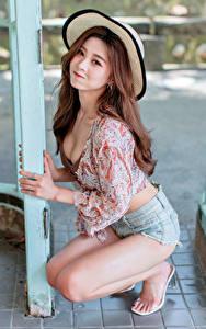 Sfondi desktop Asiatico In posa Sedute Pantaloncini Blusa Cappello Sorriso Colpo d'occhio Ragazze