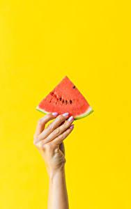 Fotos Finger Wassermelonen Farbigen hintergrund Hand Stück Lebensmittel