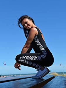 Desktop hintergrundbilder Fitness Seitlich Brünette Lächeln Uniform junge Frauen