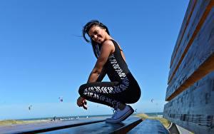 Bilder Fitness Seitlich Brünette Lächeln Uniform junge Frauen