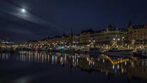 Hintergrundbilder Schweden Stockholm Haus Flusse Schiffsanleger Motorboot Binnenschiff Nacht Mond Straßenlaterne