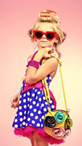 Fotos Handtasche Farbigen hintergrund Kleine Mädchen Model Brille Kleid Blondine Glamour Kinder