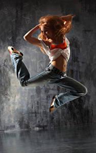 Hintergrundbilder Rotschopf Tanz Sprung Lächeln Bein Jeans junge frau