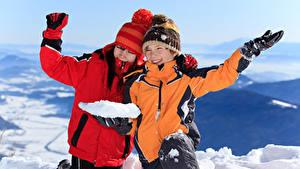 Hintergrundbilder Winter Junge 2 Mütze Jacke Hand Schnee Lächeln Kinder