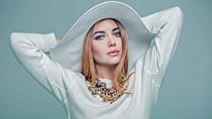 Hintergrundbilder Farbigen hintergrund Blondine Der Hut Hand Starren Mädchens