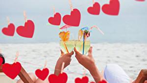 Fotos Valentinstag Getränke Hand Weinglas Zwei Herz Lebensmittel