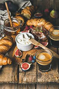 Fotos Kaffee Croissant Topfen Weißkäse Quark Hüttenkäse Echte Feige Honig Bretter Trinkglas Lebensmittel