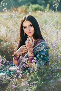 Fotos Braunhaarige Starren Tätowierung Hand Hübsch junge frau