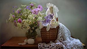 Fotos Stillleben Sträuße Kamillen Flockenblumen Tisch Weidenkorb Puppe Blüte
