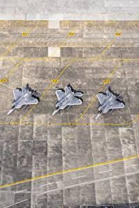 Bilder Flugzeuge Jagdflugzeug Japan Von oben USAF F-22 Raptor Yokota AB Luftfahrt