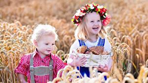 Bilder Brötchen Felder Weizen Kleine Mädchen Junge 2 Ähre Weidenkorb Lächeln Kranz Kinder