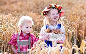 Bilder Brötchen Felder Weizen Kleine Mädchen Jungen 2 Spitze Weidenkorb Lächeln Kranz Kinder