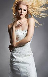 Bilder Grauer Hintergrund Blondine Brautpaar Kleid Hand