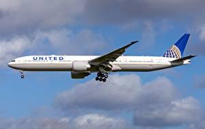 Fotos Verkehrsflugzeug Boeing Seitlich United Airlines, 777-300ER