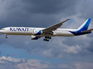 Bilder Verkehrsflugzeug Boeing Seitlich 777-300ER Kuwait Airways