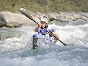 Hintergrundbilder Fluss Boot Rafting Spritzwasser Helm sportliches